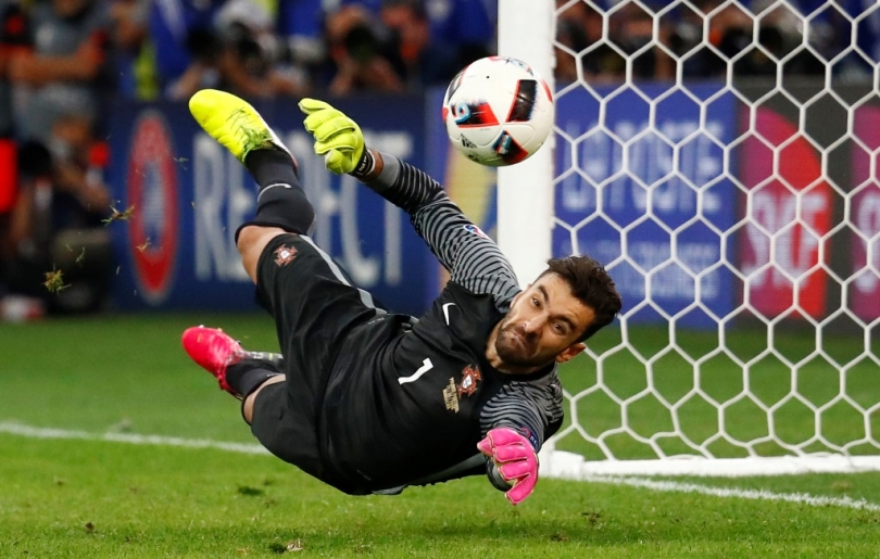 goalkeeper save the goal front profile